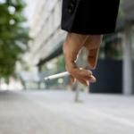 歩きタバコをする人って吸い殻をどこで捨てようと思ってるの?