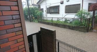 家の前が洪水してる
