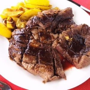 お肉を頬張る幸せ♪分厚い牛ステーキ