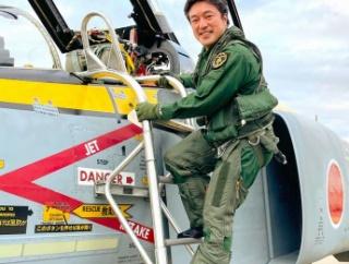 中山防衛副大臣が空自F-4戦闘機に搭乗、幼少期に百里基地に訪れた写真と同じポーズでパチリ!