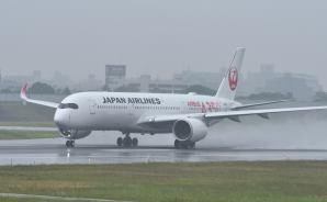 雨の伊丹空港を離陸する飛行機