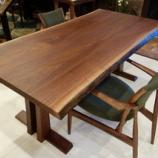 『【限定特価】SWINGの一本木取りの二枚接ぎ合わせのブラックウォールナット材のテーブル』の画像