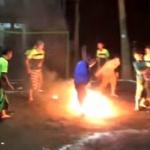 【動画】インドネシア、イスラム寄宿学校の名物「火の玉サッカー」を楽しむ生徒たち [海外]