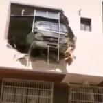 【動画】中国、暴走した自動車がなんと空を飛び、建物の2階に突入、突き破る! [海外]
