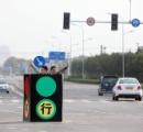 【画像】壊れた信号の代わりに自ら信号となる中国人が話題に