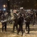 【動画】ロシアで大規模デモ発生!市民が雪玉を機動隊にボコボコに投げつける!