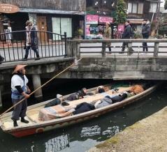 「なんという忍者だろうか」 日本では、川下りで船が橋に差し掛かかった時、船頭はこうするのだ。