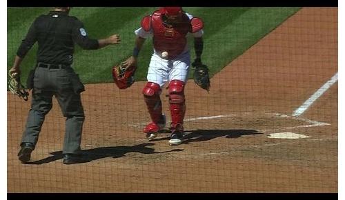 「不正行為だ!」MLB屈指の名捕手モリーナのプロテクターにボールが引っ付く、珍プレーから疑惑追及へ