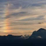 『まっすぐ上に伸びる虹』の画像