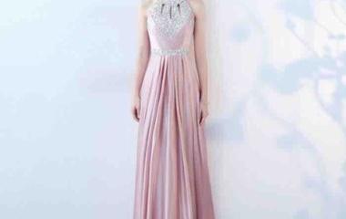 『おすすめのドレスは、夏をイメージさせるピンク』の画像
