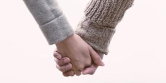 嫁の手握って「愛してる」と言った結果、嫁泣きすぎwww