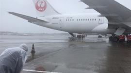 【日台友好】ワクチンを積んだ日本航空機にお辞儀する台湾の駐日代表処(大使館に相当)職員