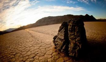 デスバレー(死の谷)で人知れず移動する「さまよう岩」現象の謎がついに解明される