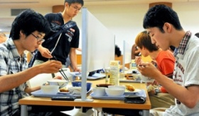 【社会】   日本の 大学の学食では 1人ぼっち専用の「ぼっち席」が 人気が有るらしいぞ!   海外の反応