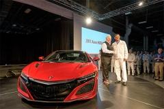 ホンダ、10年ぶりに「NSX」復活! 米国で1号車完成の記念式典