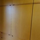 『洋服箪笥の扉の丁番金具取り換えメンテナンス』の画像