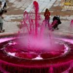 【スペイン】恐怖! 街の広場の噴水が突然、真っ赤な「血の色」に!いったい何が…!? [海外]