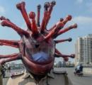 コロナウイルスの形を模したヘルメットをかぶり、市民に外出禁止を促す警察官あらわる