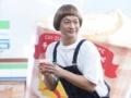 【画像】香取慎吾さん、SMAPやめたのに変な格好でふざけたCMやらされる