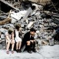 瓦礫の前で泣く子どもをカラー化