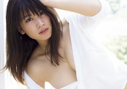 久松郁実ちゃんがおっぱい見えそうになってる最新写真集がエロすぎる