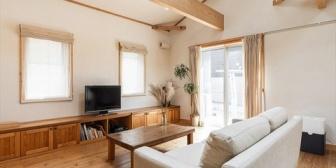 雑誌を読んでいたら「天井は板を貼らずに構造体をむき出しにしてコスト減&おしゃれ」って方法をちょいちょい見かけるんだが