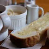 『食パンをトーストで二枚焼き、ドリップコーヒーを入れる朝』の画像