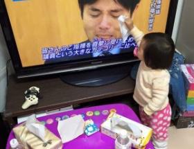 野々村の涙を拭く幼女wwwwwwww