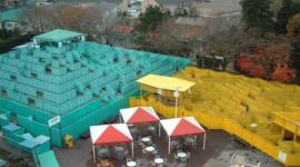 【芸能】飯田圭織バスツアーの巨大迷路が閉場…「悲劇の現場」からファンの聖地に
