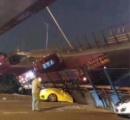 中国で高架が崩落、多数の車がぺちゃんこに