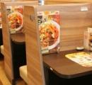 ガスト「ひとり客」向けボックス席が話題に 仕切り、電源、Wi-Fi...まるでネットカフェ