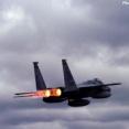 米軍機が機体後方から火を噴き出しながら飛んでいきました…F-15戦闘機が2夜連続で訓練!