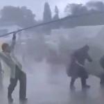 【動画】中共機関メディアによる「やらせ」撮影現場!豪雨災害救援活動中の警察