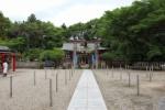 七夕祭りが行われる『機物神社』の境内に棒がめっちゃ植わってる!