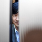 【韓国】ムン大統領の疑惑の最側近、突然ドアが開きニヤケ顔!慌てて表情変える [海外]