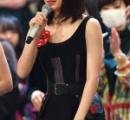 広瀬すず、デコルテ&美背中大胆魅せ SEXY黒ドレスで紅白リハ登場