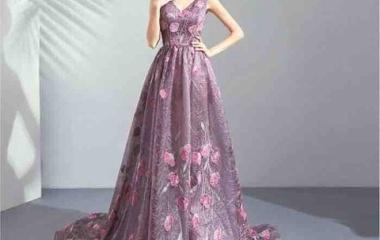 『見たことのないドレスを見ると、携帯にメモする』の画像