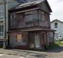 大坂のマンション2棟が改造車のタイヤのようにハの字に傾いて接触。8年放置で大阪市調査