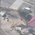 未明の住宅に車が突っ込み建物倒壊 車に乗っていた20歳の解体作業員と14歳の女子中学生が死亡