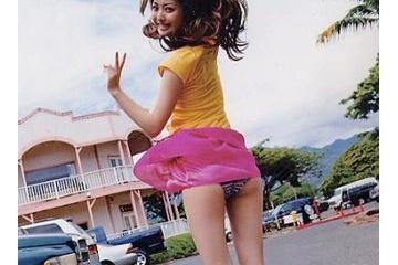 佐々木希のスカートがめくれて見えちゃったパンティー