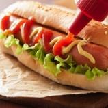 『【絶句】ホットドッグ、1個食べると36分も寿命が縮む模様・・・😰』の画像