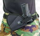 レスリングごっこで父親の背中に隠されていた短銃が暴発し、幼児が重体に