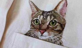 【日本の職人】   ぐぅ、かわいい!! ポケットから顔を出す 猫の刺繍のシャツが 売られてるらしいぞ。   海外の反応