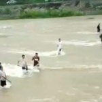 【動画】中国、台風で川が増水、例によって住民が集まり漁を開始!「大漁だぁ~!」 [海外]