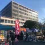 『戸田朝市が始まりました。正午まで。戸田市役所内と市役所南通りの一部が会場。お店で買物して貰えるシールを3つ集めて参加できる福引特賞ディズニーリゾートパスポートは2つです。』の画像
