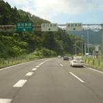 高速道路の追越車線をゆっくり走行することはスピード違反行為よりも有害