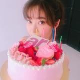 【ar】指原莉乃、ピンクのさっしーケーキで誕生日を祝ってもらう
