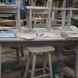 『テーブルと椅子製作中・はなちゃん』の画像