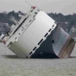 【衝撃】高級車積んだ大型貨物船座礁! 総額54億円以上の自動車を積載