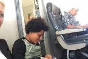 飛行機に乗るも座席が無く困惑 乗務員「床に座れ」と酷い仕打ち 航空会社のお詫びが4200円